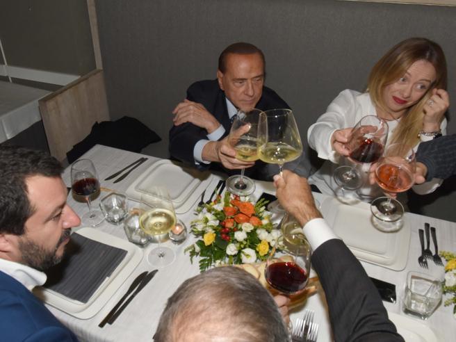 Berlusconi, Meloni e Salvini, tra «ole» e tensioni siglato il «patto dell'arancino» | FotoMicari, «comizio» in chiesa