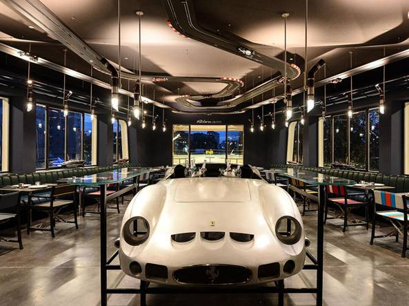 Lapo inaugura garage italia auto personalizzate e food for Garage per 2 auto personalizzate