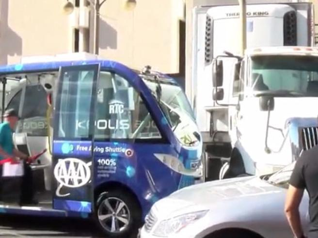 «Il futuro è qui, saliteci» Ma il bus a guida autonoma si schianta contro un camion