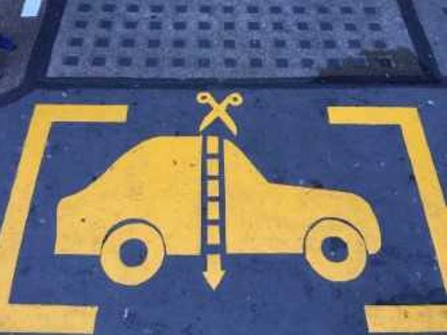 Imparare ad attraversare la strada (e a togliere le cuffiette), l'educazione stradale si impara in classe
