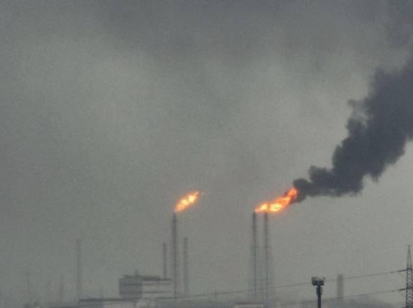 Taranto. Disservizio alla raffineria Eni: visibili colonne di fumo