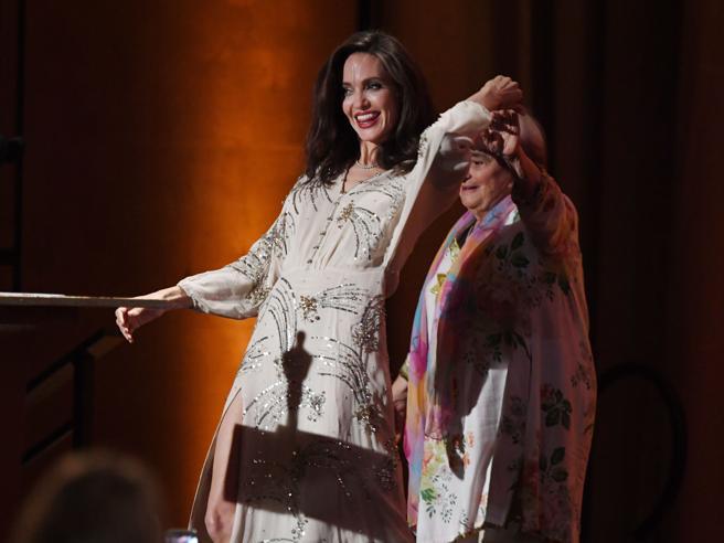 Oscar onorari, Angelina Jolie premia la regista Agnès Varda (e balla con lei sul palco)