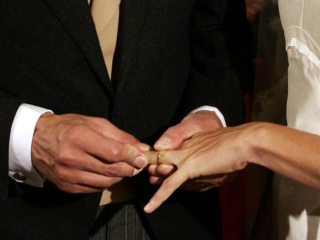 Tragedia alle nozze, la sposa muore durante il lancio del bouquet