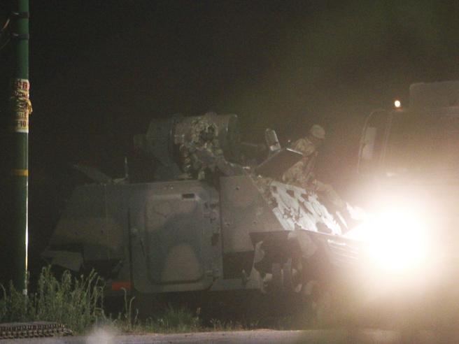 """Zimbabwe: esplosioni e tank nelle stradeSi teme colpo di stato, Mugabe """"al sicuro"""""""