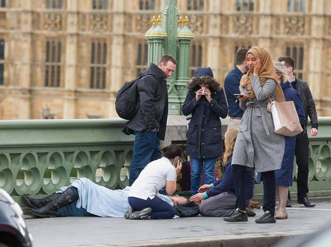 L'islamica «indifferente» tra i cadaveri di Londra? La fake news di un  troll russo