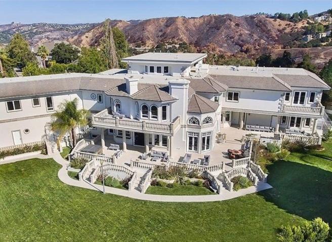 A 20 anni una villa da 6 milioni di euro: lo YouTuber festaiolo Jake Paul trasloca (per la gioia dei vicini)