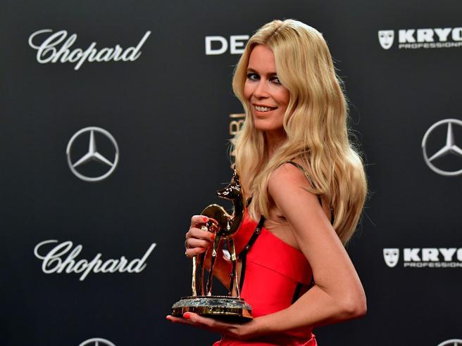 Claudia Schiffer incredibile ai premi Bambi di Berlino: il tempo si è fermato?
