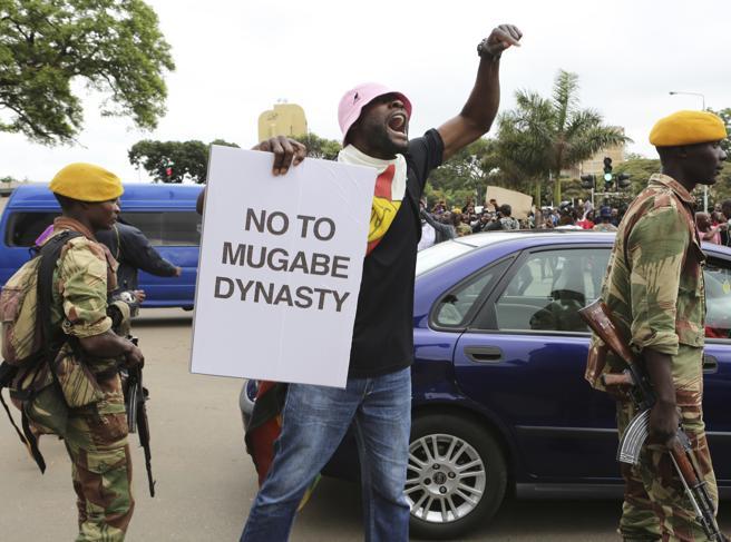 «Mugabe vattene», lo Zimbabwe in marcia contro il presidente foto