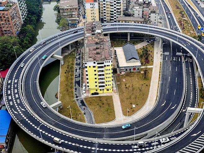 Case piccole in mezzo a grattacieli o raccordi autostradali: le immagini (quasi) surreali