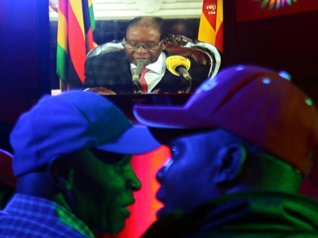 Mugabe resiste: parla in tv ma non si dimette. E i suoi rivali: «Ora l'impeachment»