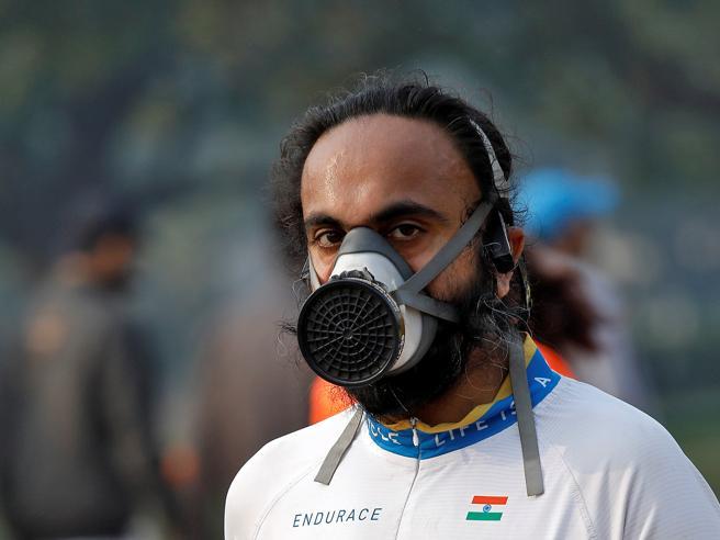 New Delhi sfida lo smog: 35 mila  atleti alla mezza maratona   foto
