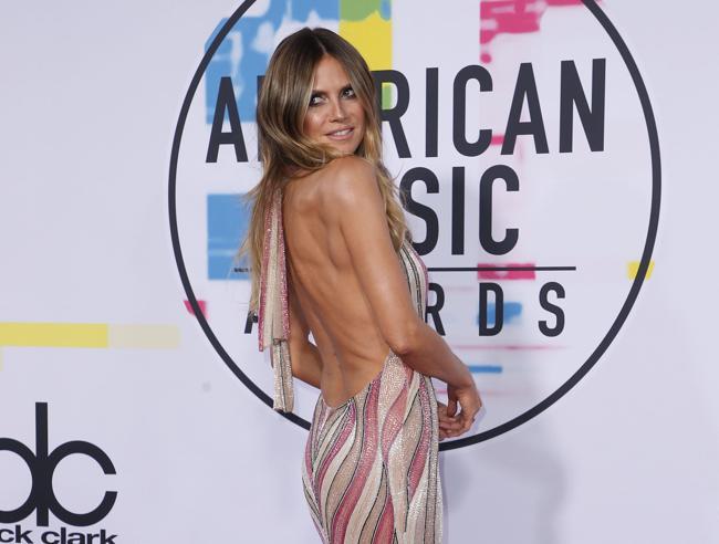 Los Angeles: la schiena nuda di Heidi, le trasparenze di Jenna. Il red carpet degli American Music Awards