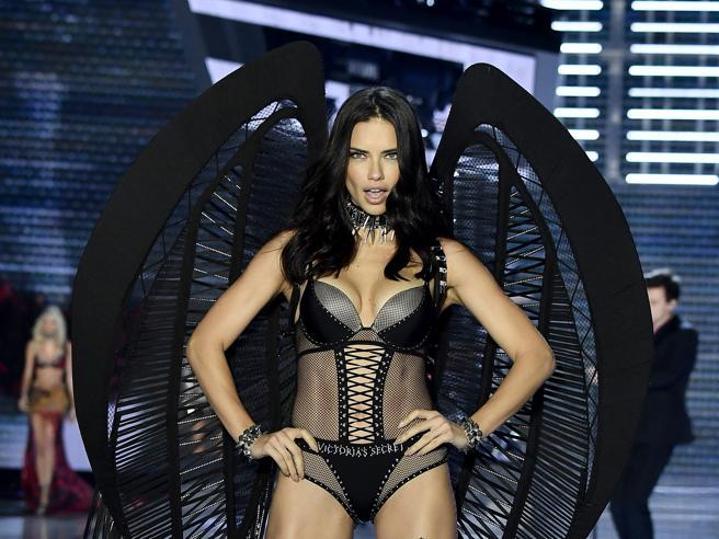 Bella Hadid (senza Gigi), Adriana Lima e le altre: gli angeli di Victoria's Secret hanno messo le ali a Shanghai