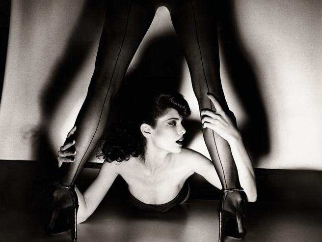 Guy Bourdin, in mostra a Berlino la seduzione femminile Surrealista del mago dello scatto
