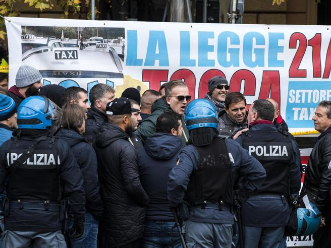 Tassisti in piazza, caos nelle cittàBombe carta e tensione a Roma