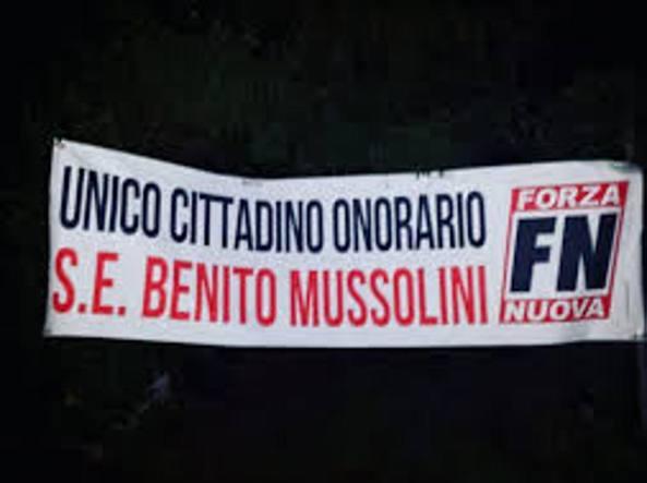 Lucca, striscione Fn sotto casa sindaco. Lui: è apologia fascismo