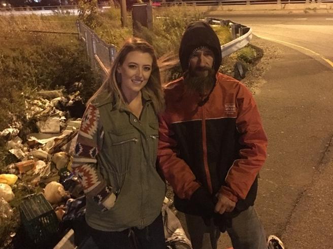 Il senzatetto le regala 17 euro per la benzina, lei lancia una colletta in Rete e raccoglie per lui oltre 175.000 euro