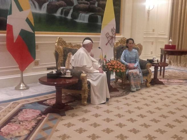 Myanmar,  Suu Kyi al Papa in italiano:«Grazie per essere venuto da noi»