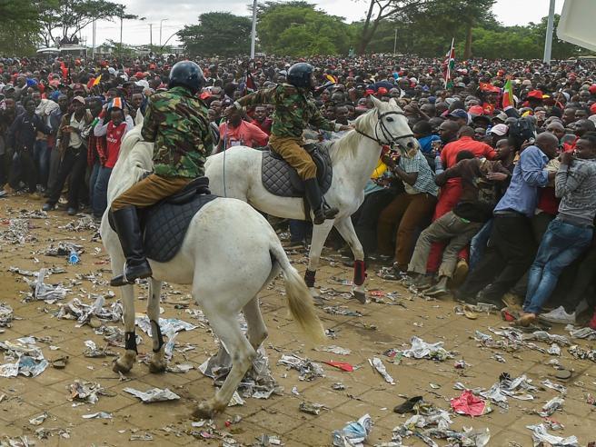 Kenyatta giura da presidente, tensioni a Nairobi: 2 morti|Foto