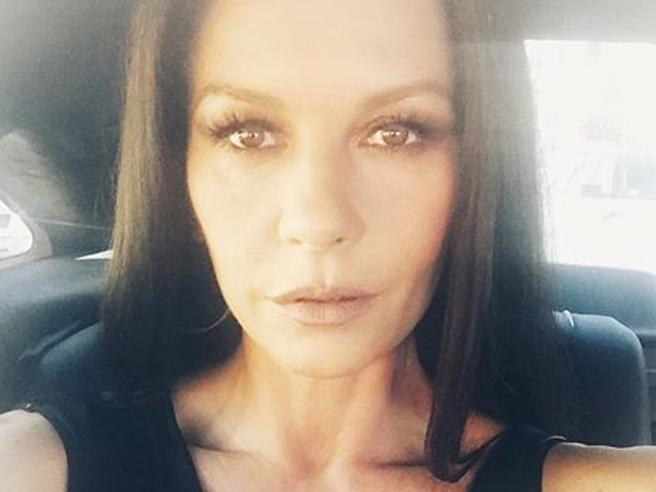 Catherine Zeta Jones, il selfie preoccupa i fan: «Troppa chirurgia estetica»