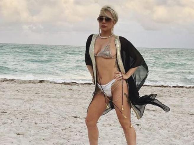 Lady Gaga regina di Miami Beach: sulla spiaggia con tacchi e bikini