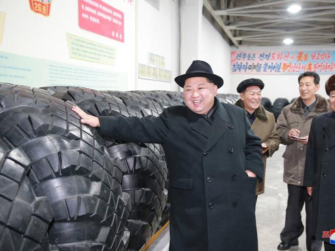 Nord Corea, Kim visita la fabbrica di gomme per trasportare missili nucleari