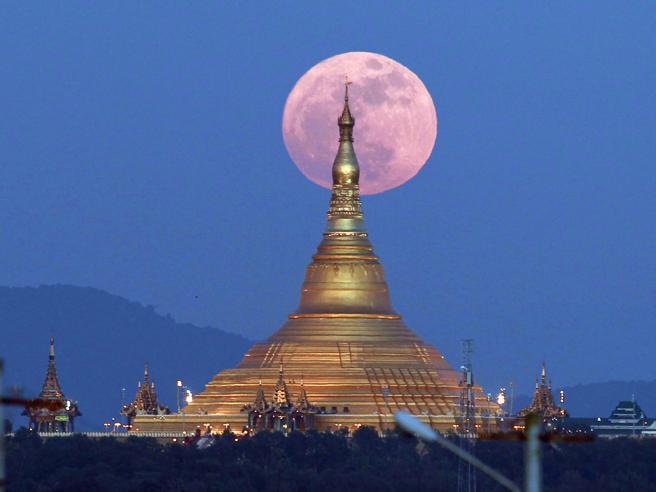 La notte della super-luna, le immagini spettacolari dalla Birmania alla Francia