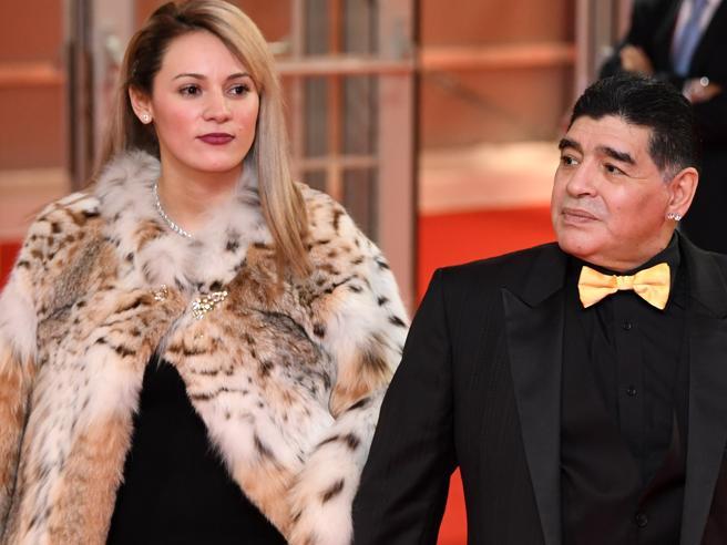 La fidanzata di Maradona al galà dei Mondiali con la pelliccia di lince. Le proteste degi animalisti