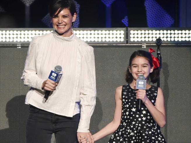Katie Holmes con i capelli corti, la figlia Suri Cruise con i fiocchi rossi: mamma e figlia mano nella mano