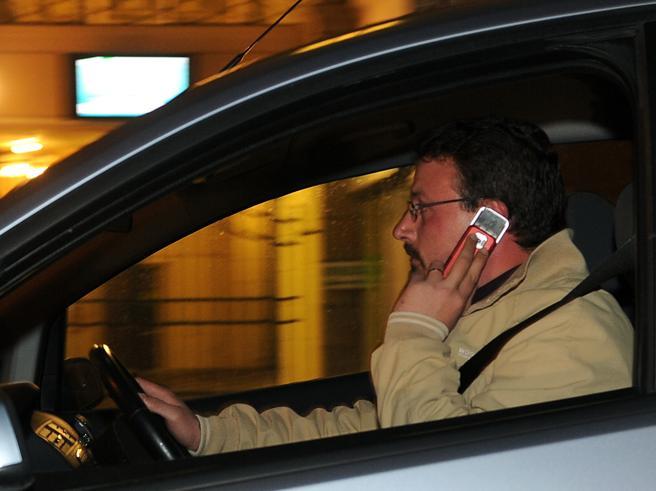 Saltano la stretta sui cellulari in autoe gli allarmi per i seggiolini dei bimbi