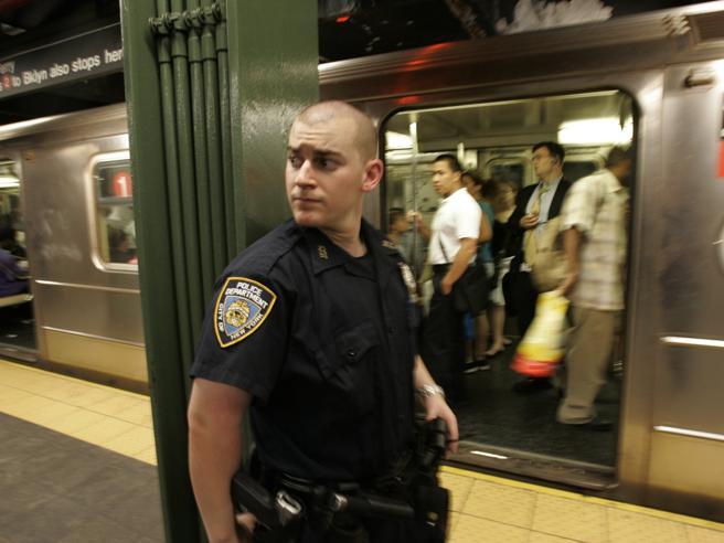 New York, esplosione a Manhattan, quattro feriti. Arrestato un uomo originario del Bangladesh