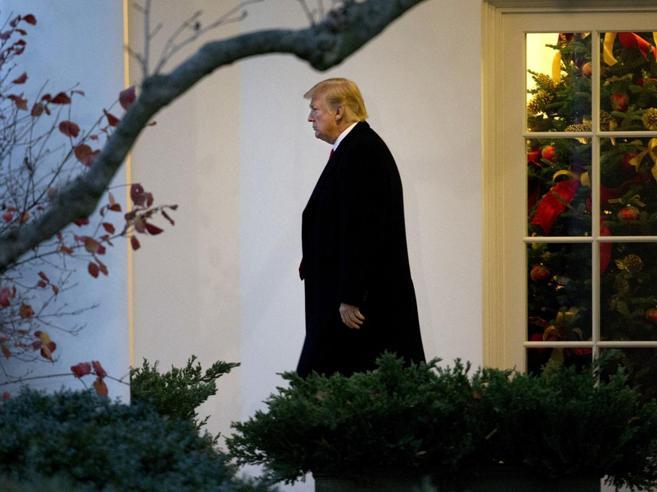 Tweet, 12 lattine di Diet Coke  e 8 ore di tv: un giorno nel fortino di Trump Tic e fobie dei leader