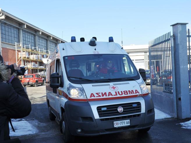 Rubano ambulanza mentre operatori soccorrono donna
