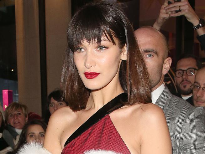Come Jessica Rabbit: Bella Hadid al party natalizio a Londra