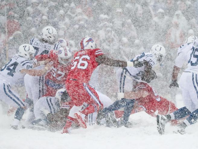 Nfl sotto la neve: spettacolare sfida tra i Buffalo Bills e gli Indianapolis Colts