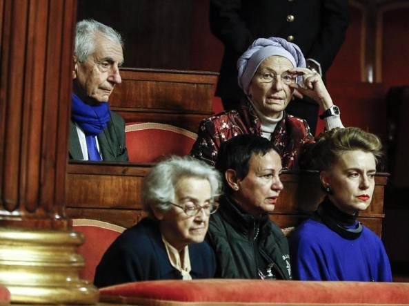 Emma Bonino con rappresentanti dell'associazione «Luca Coscioni» assiste ai lavori in Senato durante le dichiarazioni di voto sul biotestamento (Ansa)