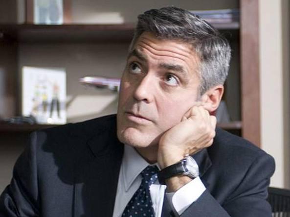 George Clooney regala cuffie in aereo per scusarsi dei figli che piangono