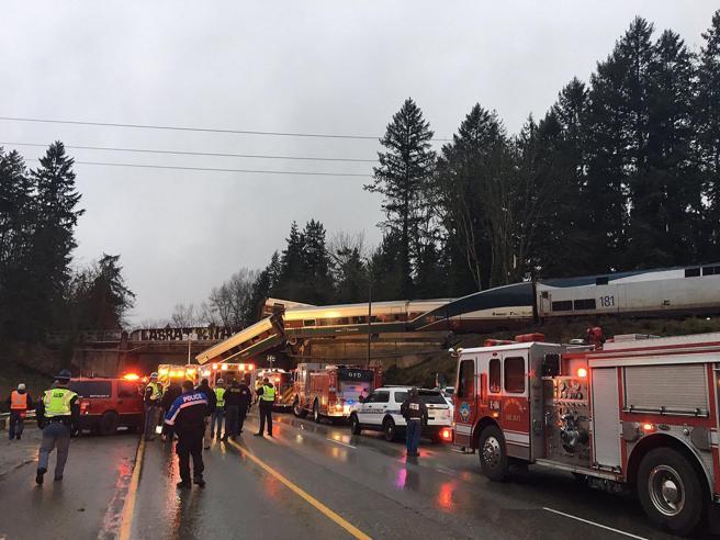 Usa, treno deraglia e cade da un ponte Almeno 3 morti e 70 feriti Foto|Video|Tv