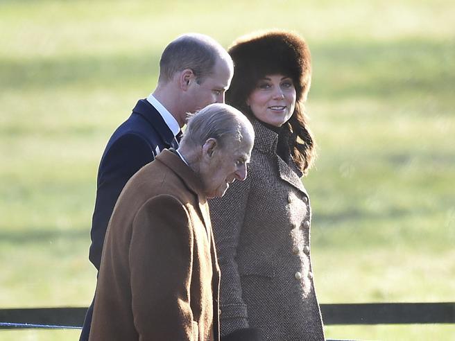 Gran Bretagna: Kate Middleton incinta (con il colbacco) a Sandringham