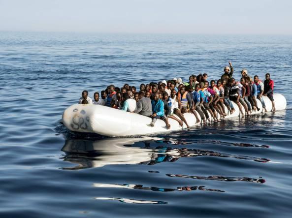Migranti, nuovi sbarchi: 255 persone salvate nella notte