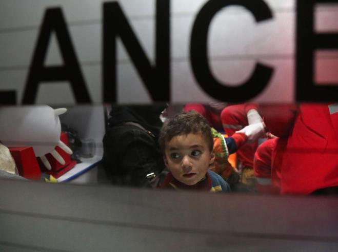 Siria, iniziata l'evacuazione dei bambini malati di Ghouta Est
