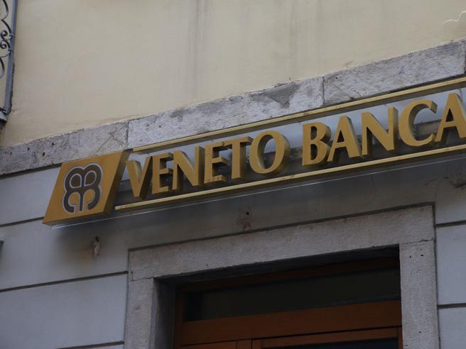 Correntista con l'auto contro la sede di Veneto Banca: aveva perso 100mila euro di risparmi