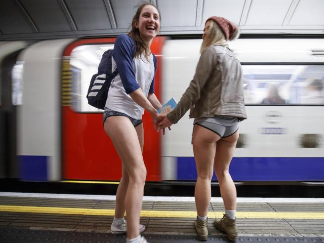 È il «No Pants Day»: tutti in mutande nel metrò. Anche a Milano
