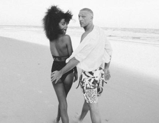 In bianco e nero, sulla spiaggia: Tina Kunakey e Vincent Cassel inseparabili