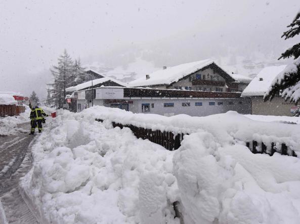 Zermatt, 13mila turisti bloccati dalla neve: il trasferimento in elicottero