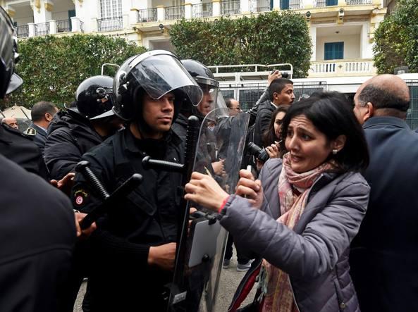 Tunisia, terza notte di scontri: 328 arresti