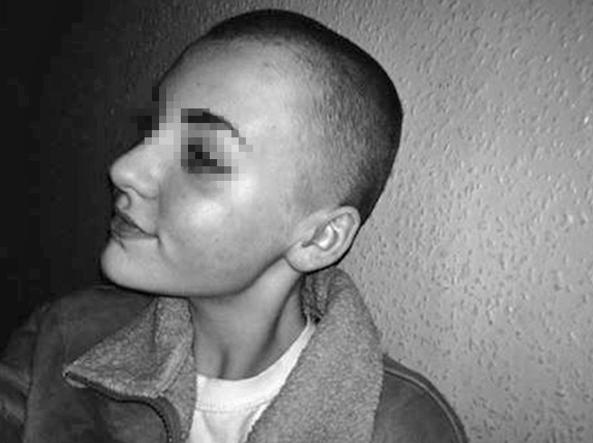 Si rasa i capelli per donarli ai bimbi malati: 14enne punita e sospesa dalla scuola