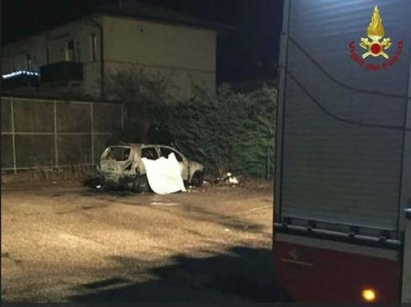 Senzatetto morto bruciato in auto, indagati due minorenni.