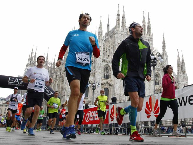Allenati con noi per la maratona. Tutti i trucchi su corsa, cibo e respirazione