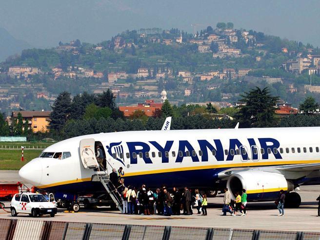 Ryanair, nuove regole sui bagagli a  mano: cosa cambia |   Video